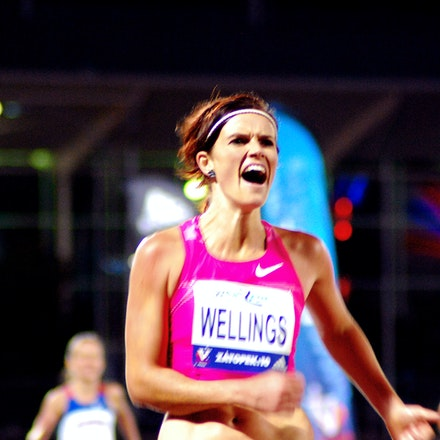 Eloise Wellings - Eloise Wellings celebrates as she crosses the line for victory in the 10000m at the 2009 Zatopek:10 meet.